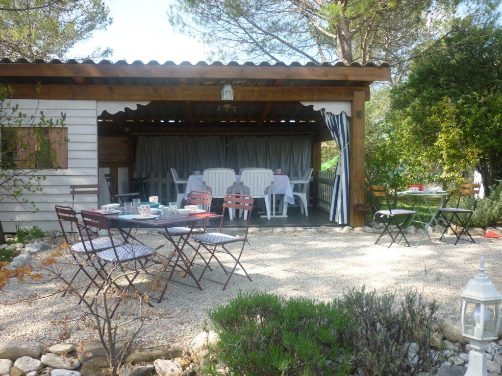 cuisine été - espaces extérieurs - Gite et roulotte entre vignes et oliviers - Cévennes Gard