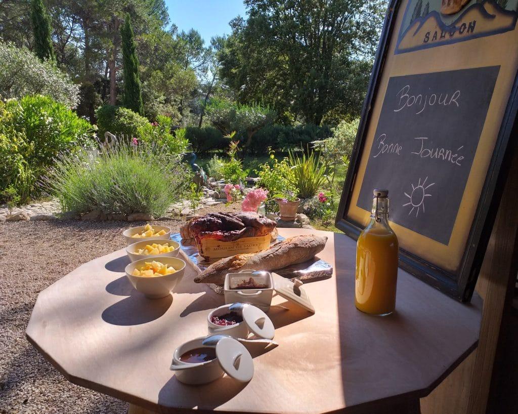 reveil gourmand - gite roulotte entre vignes et oliviers - gard - cevennes