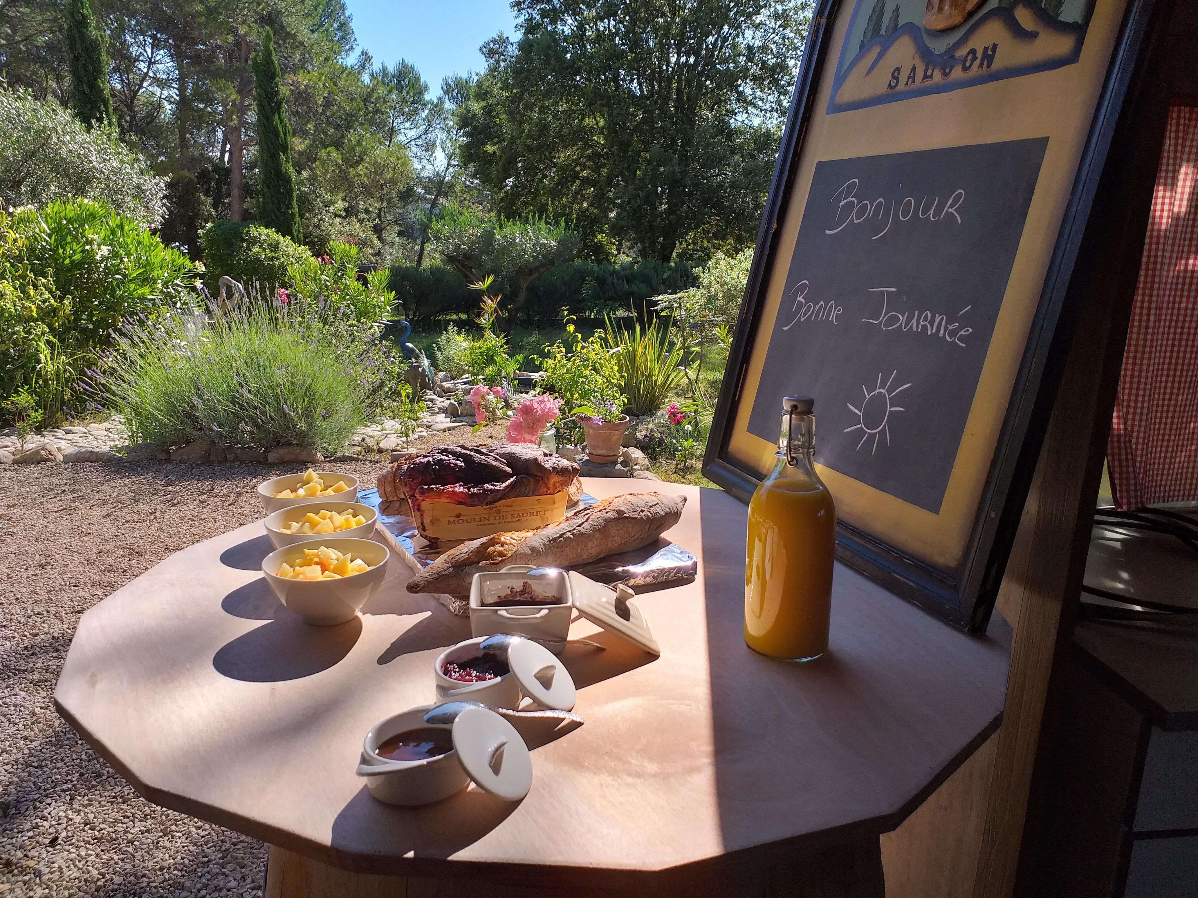 temps fort petit dejeuner - gite roulotte entre vignes et oliviers - cevennes - gard